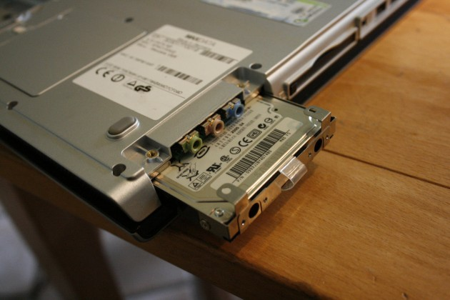 Herausziehen der Festplatte am Maxdata Pro 8100 IS.
