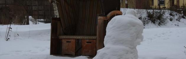 Strandkorb im Schnee