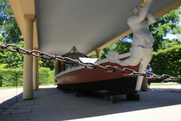 Das Schiffchen vor einem größeren Artverwandten im Park von Schloss Pillnitz.