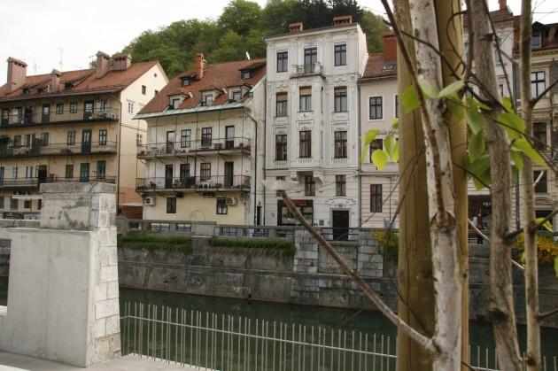 Das Schiffchen an der Ljubljanica in Ljubljana/Slowenien mit Blick auf die Burg.