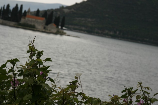 Das Schiffchen an der Bucht von Kotor in Montenegro.