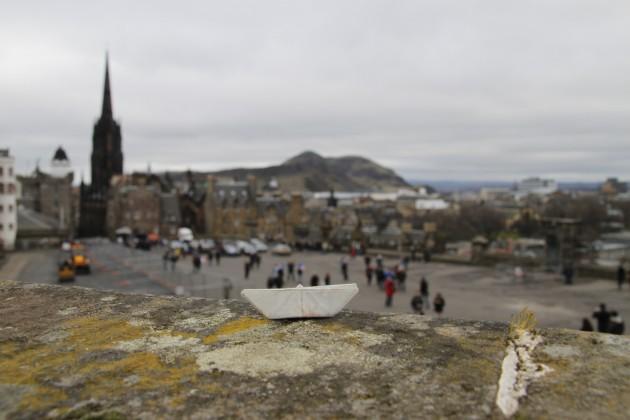Das Schiffchen überwacht die Besetzung von Edinburgh Castle durch französische Rugby-Fans.