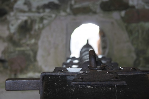 Das Schiffchen schaut sich in Tantallon Castle eine mögliche Bewaffnung an.