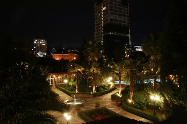 Blick in den nächtlichen Garten des Rogner-Hotels in Tirana