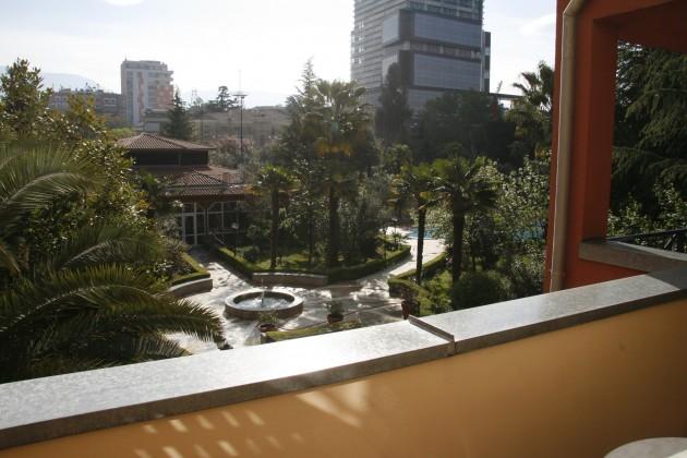 Blick in den Garten des Rogner-Hotels in Tirana
