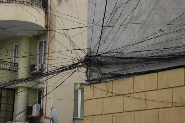 Unterwegs in den Straßen von Tirana, samt Kabelgewirr