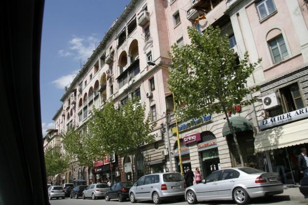 Mit dem Auto unterwegs in den Straßen von Tirana