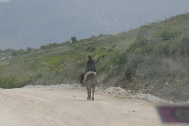 Über Albaniens Baustellen, bisher noch ohne Midestgeschwindigkeit.