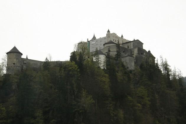 Eine Burg neben der Tauernautobahn (A10) in Österreich