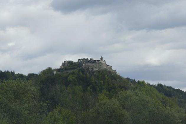 Eine Burg neben der Tauernautobahn A10 in Österreich