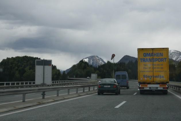Auf der Karawankenautobahn A11 in Österreich kurz vor dem Karawankentunnel