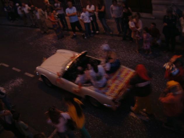 Irgendein lustiges französisches Fest in den Straßen von Baziege