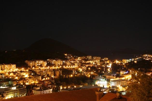Blick auf das nächtliche Dubrovnik von der Gornji Kono aus