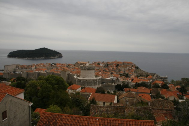Blick über Bucht und Altstadt von Dubrovnik von einer Plattform an der Gornji Kono aus gesehen.