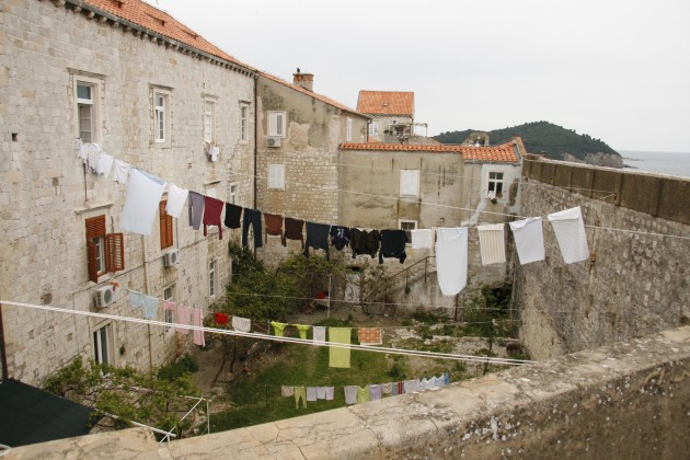Festung Dubrovnik, Wäsche trocknen im Hinterhof an der Stadtmauer