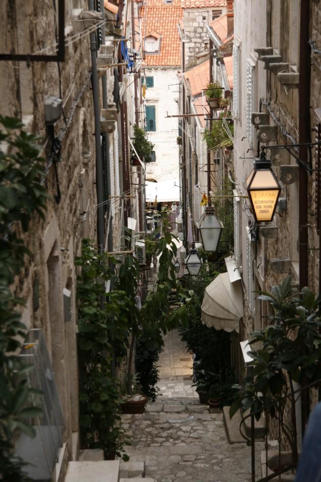 Blick in ein der engen und steilen Gassen in der Altstadt von Dubrovnik