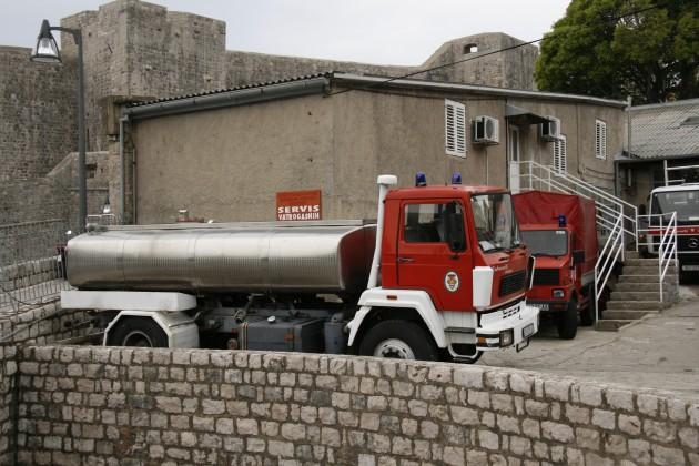 Feuerwehrfahrzeug in Dubrovnik die eher nach Milchtransporter aussehen.