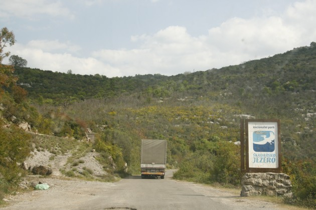 Der Nationalpark Skutarisee in Montenegro an der Grenze zu Albanien, durch dessen Schlaglochpisten sich auch LKWs quälen.