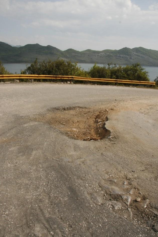 Der Nationalpark Skutarisee in Montenegro an der Grenze zu Albanien, mit 1A Schlaglochpist.