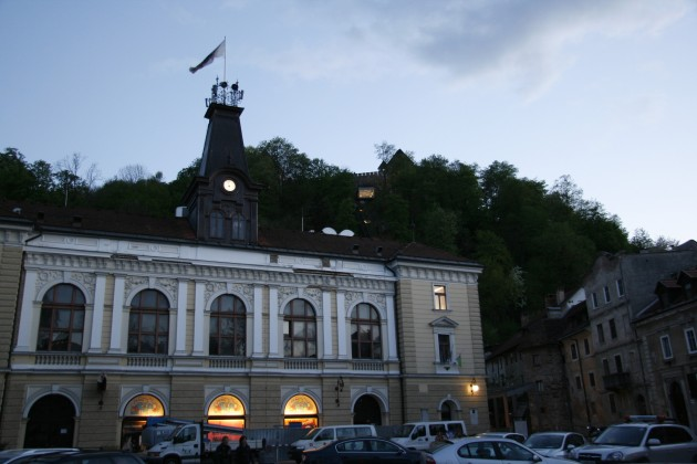 Slowenische Philharmonie mit der Laibacher Burg im Hintergrund