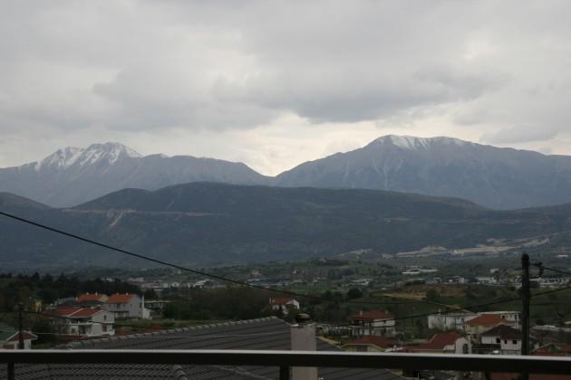 Blick vom Haus in Neokaisaria nach Westen auf die Ausläufer des Romaros-Massivs.