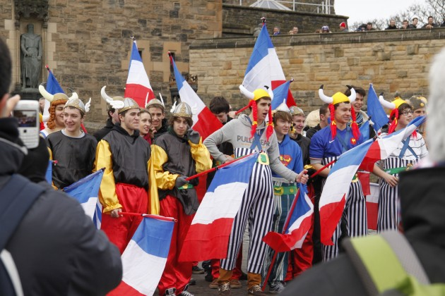 Französische Rugby-Fans im Vorhof von Edinburgh Castle.