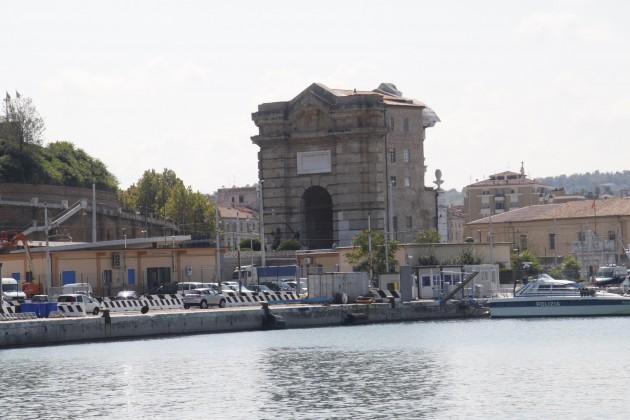 Das Ponta Pia in Ancona vom Hafenpier aus gesehen.