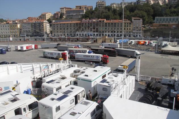 Beladen der Fähre im Hafen von Ancona