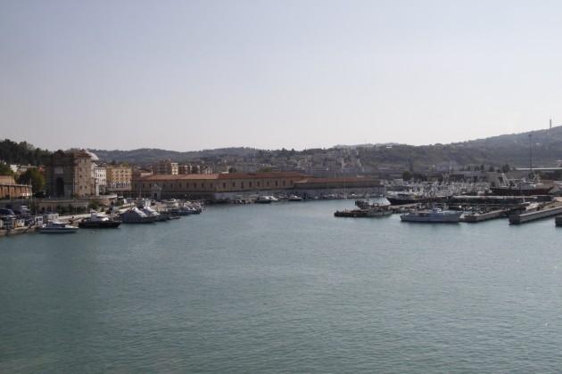 Auf dem Sonnendeck der Fähre im Hafen von Ancona.