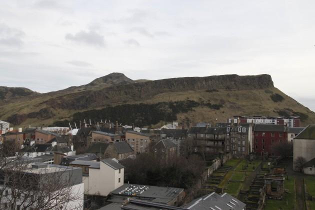 Blick auf Arthur's Seat vom alten Parlament in Edinburgh