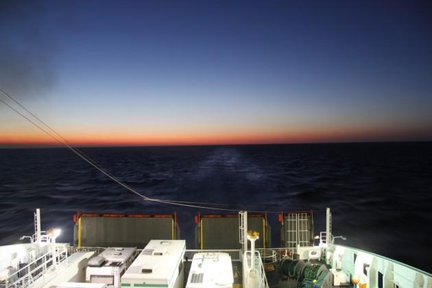 Sonnenuntergang über der Adria vom Sonnendeck der Fähre aus.