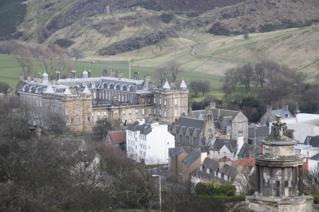 Blick auf Holyroodhouse Palace, Sitz der Königin, vom Calton Hill