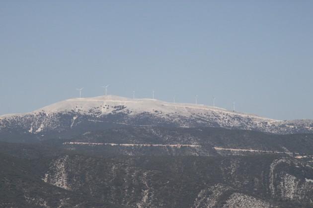Berge mit Windkraftanlagen westlich von Grizata