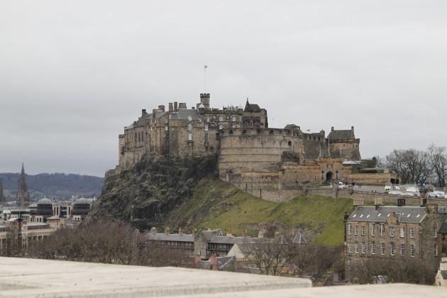 Blick auf Edinburgh Caslte vom Schottischen Nationalmuseum aus
