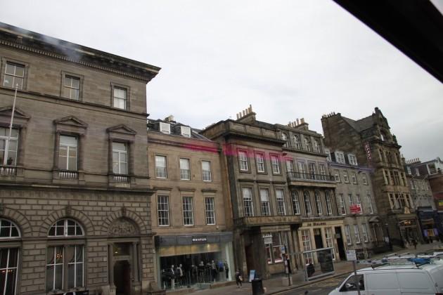 Straßen von Edinburgh auf der Fahrt zum Flughafen