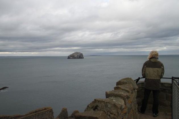 Blick auf das Meer bei Tantallon Castle, The Bass im Hintergrund