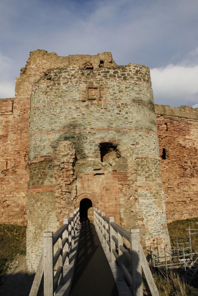 Eingangbrücke und Torhaus von Tantallon Castle