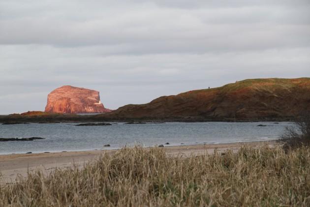 Am Stand von North Berwick, The Bass im Hintergrund