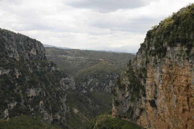 Entlang der Vikos-Schlucht von Monodendri zum Kloster Agios-Paraskevi.