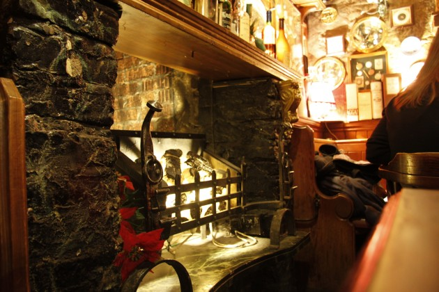 Whiskey trinken in einem Pub in Edinburgh