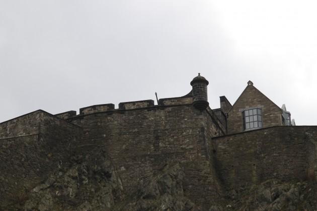 Blick hinauf zur Burg von den Princes Street Gardens