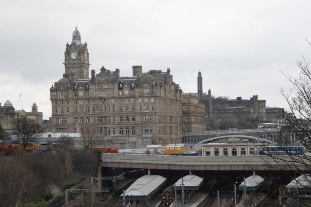 Blick auf das Balmoral Hotel und den Bahnhof Waverley Station in Edinburgh