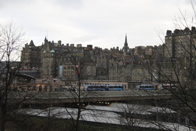 Blick von The Mound auf Waverley Station und North Bridge