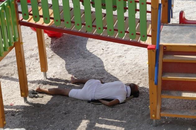 Schlafender auf einem Spielplatz in Fiskardo
