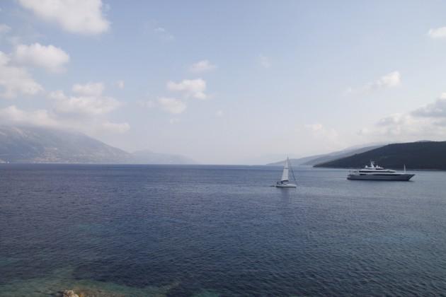 Vor dem Hafen von Fiskardo ankernde Yacht