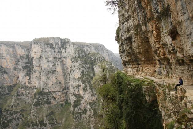 Entlang an den Abhängen der Vikos-Schlucht östlich von Monodendri und des Klosters Agios-Paraskevi.