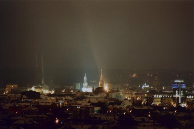 Dresden bei Nacht, fotografiert vom Haus Braunsdorfer Straße 125, Blick in Richtung Ost